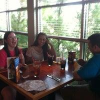 Foto tomada en Red Robin Gourmet Burgers and Brews por Buck H. el 7/10/2012
