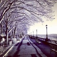 Photo prise au Battery Park City Esplanade par Raffi A. le4/3/2012