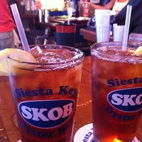 Foto tomada en Siesta Key Oyster Bar por Kristi S. el 3/16/2012