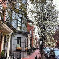 รูปภาพถ่ายที่ Beacon Hill โดย Enrique B. เมื่อ 3/25/2012