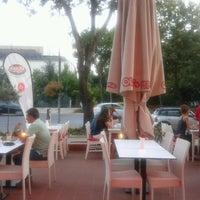 Foto scattata a Olivia's Pizzeria da Serkan K. il 8/10/2012
