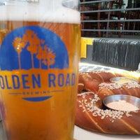 รูปภาพถ่ายที่ Golden Road Brewing โดย Travis H. เมื่อ 6/15/2012