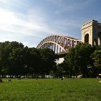 Das Foto wurde bei Astoria Park von Emily Z. am 6/16/2012 aufgenommen