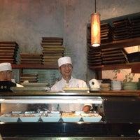 Foto tomada en Blue Ribbon Sushi por Scott el 8/18/2012