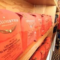 Foto tirada no(a) Intelligentsia Coffee & Tea por Ryan J. em 6/23/2012
