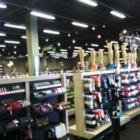 Das Foto wurde bei DSW Designer Shoe Warehouse von Lanese A. am 5/5/2012 aufgenommen