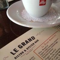 Photo prise au Le Grand Bistro & Oyster Bar par Derek F. le4/15/2012