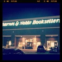 Foto scattata a Barnes & Noble da Lauren R. il 6/5/2012