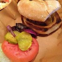 Foto diambil di High Heat Burgers & Tap oleh Laura B. pada 9/2/2012