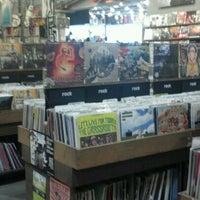 5/25/2012 tarihinde Catherine T.ziyaretçi tarafından Twist & Shout Records'de çekilen fotoğraf