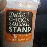 Foto tomada en Delia's Chicken Sausage Stand por Sharon T. el 5/3/2012