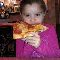 Foto tomada en Zeffiro New York Pizza por Dennis W. el 3/22/2012