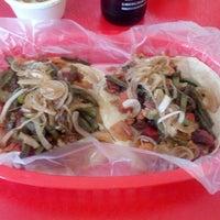 Das Foto wurde bei COMBInados, Tacos, cortes y + von Eduardo V. am 8/21/2012 aufgenommen
