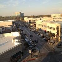 Foto tomada en North Hills Shopping Center por Cliff W. el 3/19/2012
