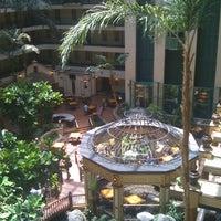 6/30/2012 tarihinde Tyrone O.ziyaretçi tarafından Embassy Suites by Hilton Santa Ana Orange County Airport'de çekilen fotoğraf