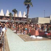 Foto tirada no(a) Palms Pool & Dayclub por John S. em 5/25/2012