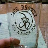 รูปภาพถ่ายที่ Jack Brown's Beer & Burger Joint โดย Charlie I. เมื่อ 3/8/2012