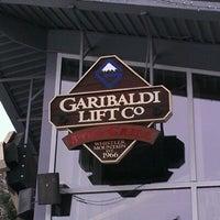 Foto tomada en (GLC) Garibaldi Lift Co. Bar & Grill por Steve M. el 3/18/2012