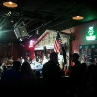 Foto tomada en Shout House Dueling Pianos por Jermain H. el 4/29/2012