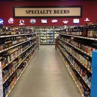 Foto tomada en Binny's Beverage Depot por Simon E. el 5/5/2012