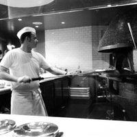 Foto tomada en Pizzeria Locale por Jason J. el 3/15/2012