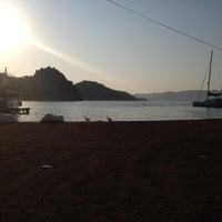 รูปภาพถ่ายที่ Kız Kumu Plajı โดย Emek B. เมื่อ 7/10/2012