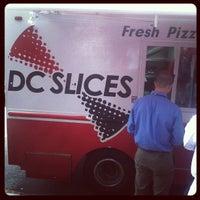รูปภาพถ่ายที่ DC Slices โดย Kenneth W. เมื่อ 6/14/2012