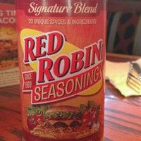Foto tomada en Red Robin Gourmet Burgers and Brews por Tom C. el 4/19/2012
