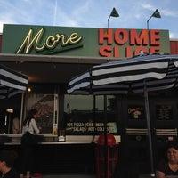 Das Foto wurde bei More Home Slice von Theda S. am 3/27/2012 aufgenommen