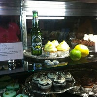 Das Foto wurde bei OMG!!! Cup & Cakes von Ebony H. am 8/19/2012 aufgenommen