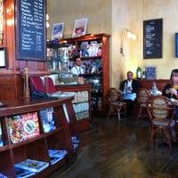 Photo prise au Café de la Presse par Lora T. le6/5/2012