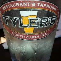 Photo prise au Tyler's Restaurant & Taproom par Emily C. le6/16/2012