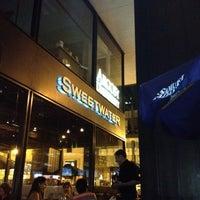 Photo prise au Sweetwater Tavern & Grille par Chris K. le9/7/2012