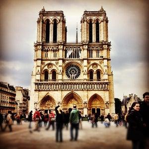 Parvis Notre-Dame �?? Place Jean-Paul II