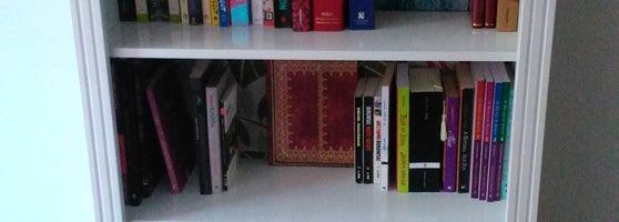 1ceceed9d Comprei uma estante muito gracinha ali! Vários móveis coloridos