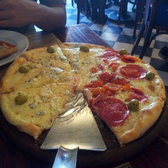 Foto tomada en Central de Pizzas por Erick R. el 3/16/2012