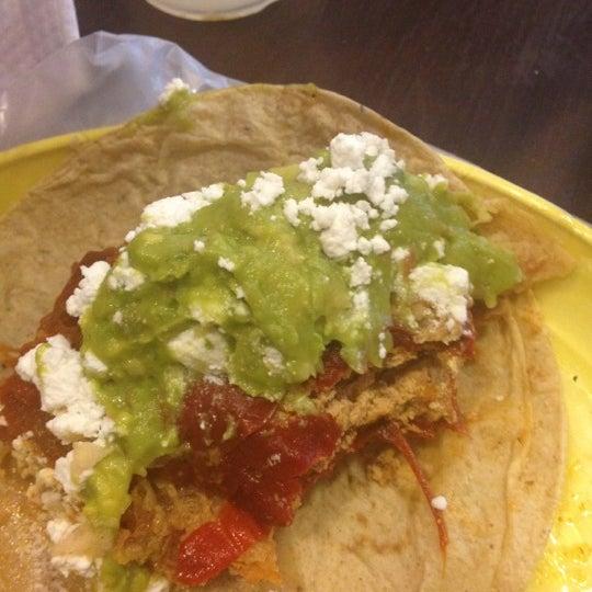 รูปภาพถ่ายที่ Tacos Gus โดย Carlos P. เมื่อ 3/21/2012