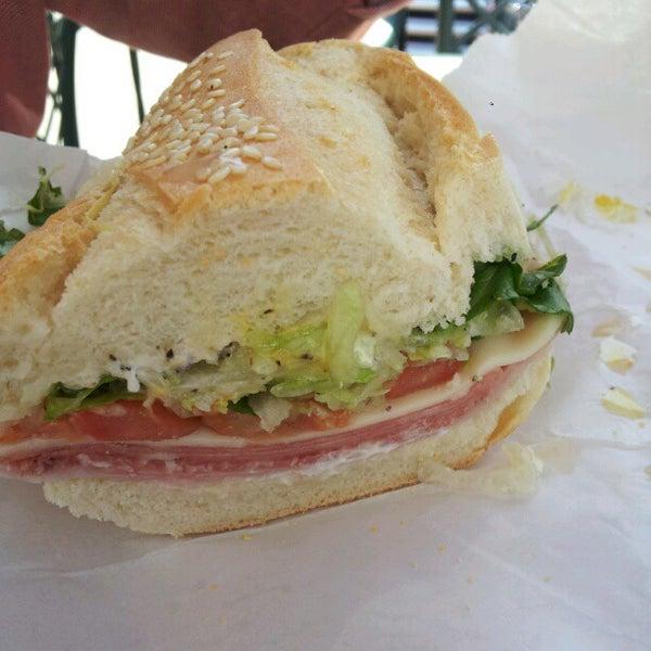 Das Foto wurde bei Mona Lisa Italian Restaurant von Shelly H. am 5/8/2012 aufgenommen
