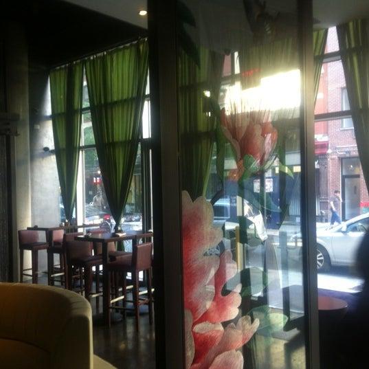 Photo prise au HaChi Restaurant & Lounge par Richard B. le5/31/2012