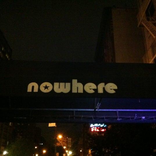 Das Foto wurde bei Nowhere Bar von Guy am 4/8/2012 aufgenommen