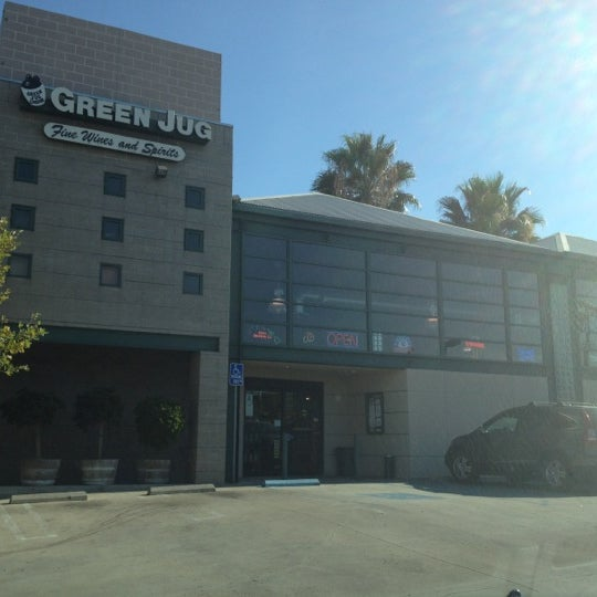 รูปภาพถ่ายที่ Green Jug Fine Wine & Spirits โดย Dom D. เมื่อ 8/12/2012