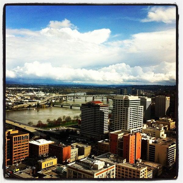 Foto tomada en Portland City Grill por Sabrina Michele T. el 4/4/2012