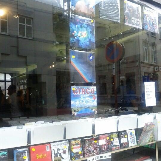 Foto tirada no(a) Music Mania por Sam D. em 7/7/2012