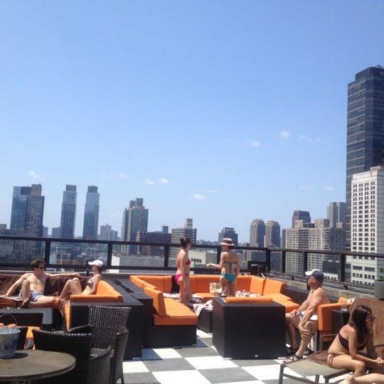 Снимок сделан в The Empire Hotel Rooftop пользователем Mary S. 7/4/2012