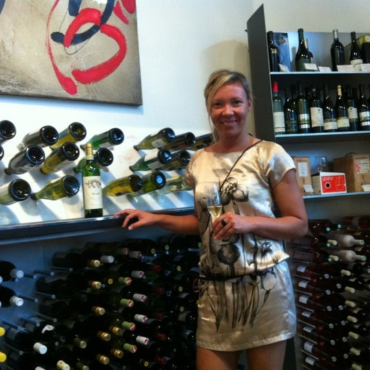 Foto diambil di Wine By The Bay oleh Marcela L. pada 5/10/2012