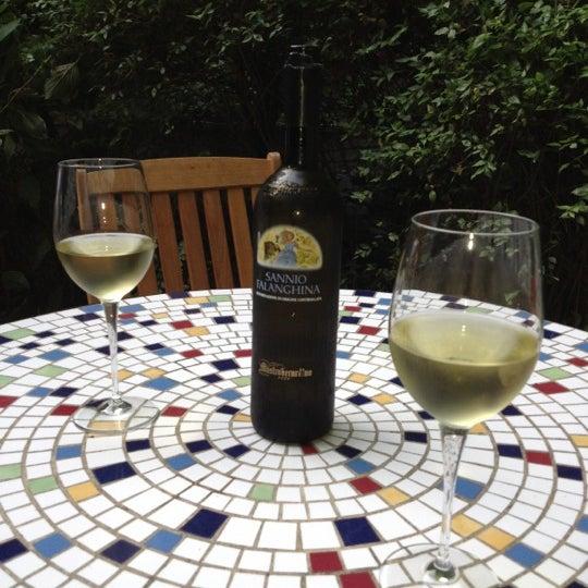 Foto scattata a Stonehome Wine Bar & Restaurant da Kristen B. il 6/21/2012