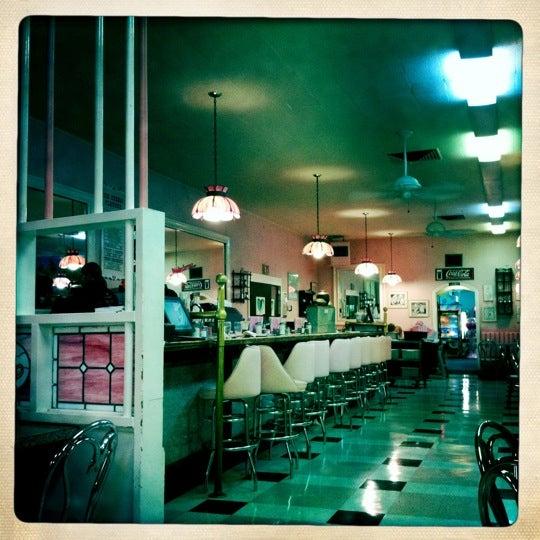 Photo prise au Sugar Bowl Ice Cream Parlor Restaurant par Keri G. le7/2/2011