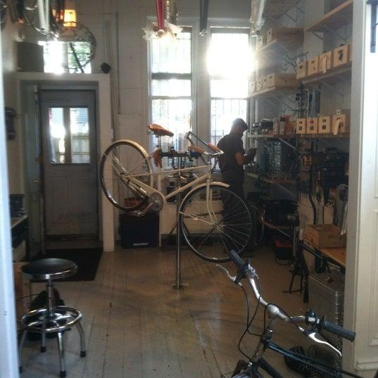 รูปภาพถ่ายที่ Heritage Bicycles โดย Maureen เมื่อ 5/21/2012