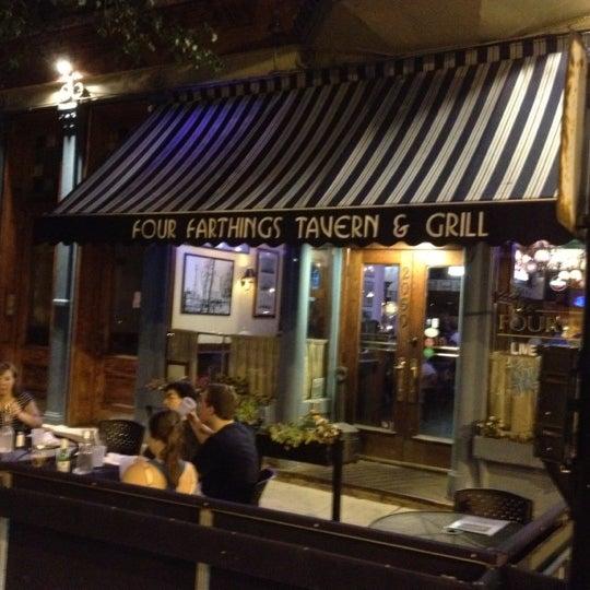 Foto tirada no(a) Four Farthings Tavern & Grill por Cimarron B. em 7/27/2012