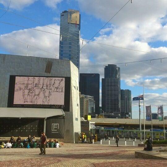 รูปภาพถ่ายที่ Federation Square โดย Raffy U. เมื่อ 5/21/2012